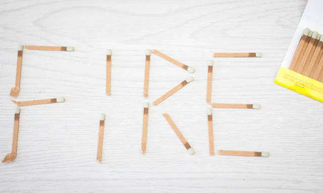 FIRE geschrieben mit Streichhölzern