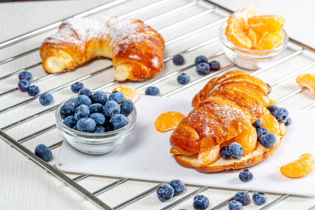 Buns with blueberries and Mandarin slices