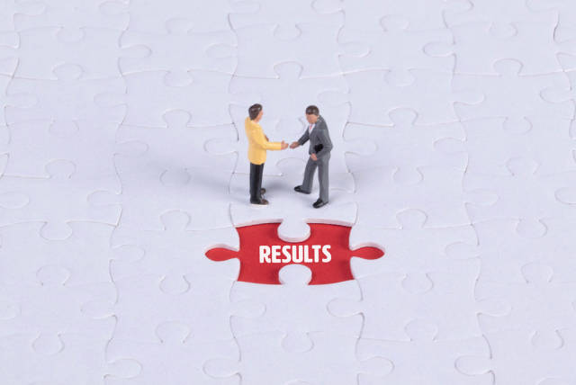 Two miniature man shaking hands and a missing puzzle piece with Results text