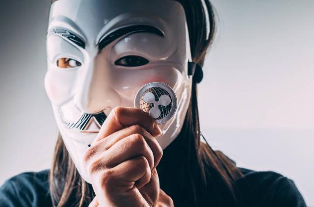 Mädchen mit Maske hält Ripple Münze