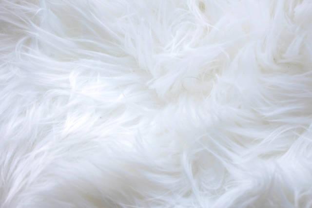 Weißes Kunstfell als Hintergrund