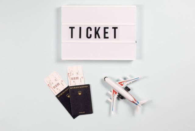 Flieger Einstiegskarten in Reisepässen und das Wort Ticket auf der Leuchtbox