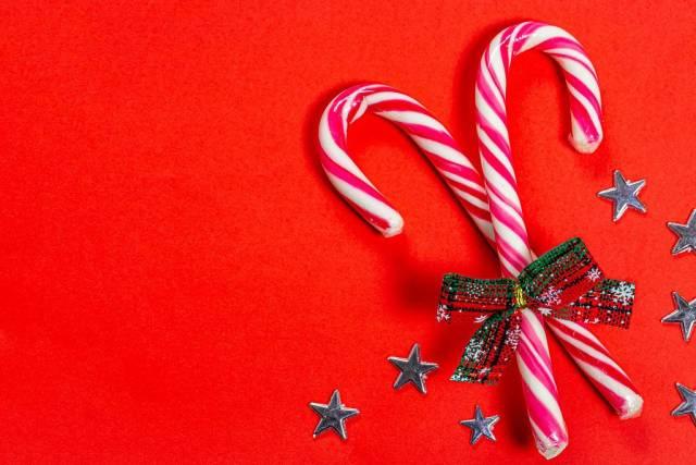 Weihnachts Süßigkeiten mit Sternen auf einem roten Hintergrund