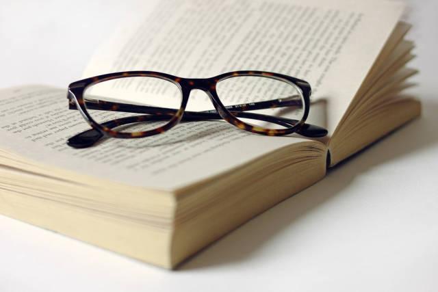 Lesezeit: Brille mit Buch