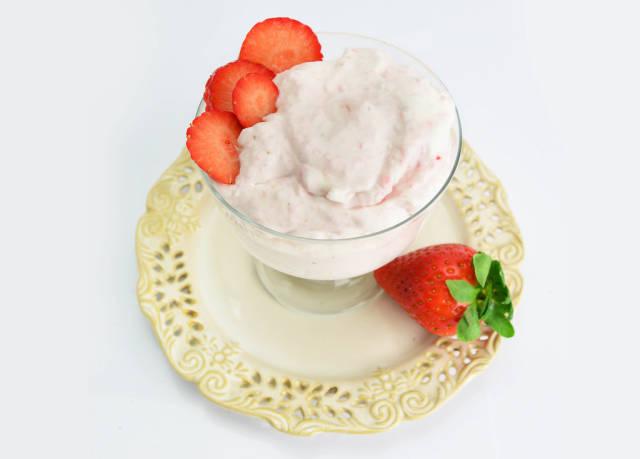 Erdbeereis im Glas garniert mit Erdbeerscheiben