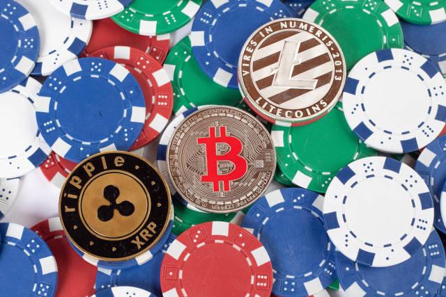 Pokerchips mit Münzen der Kryptowährung