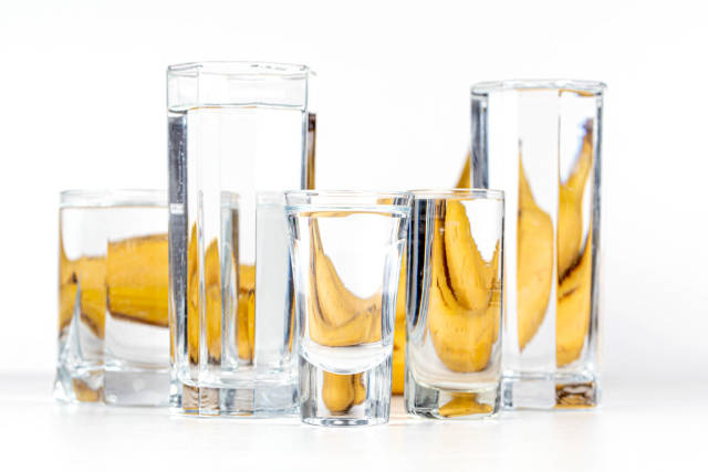 Distortion of the image of bananas with water in glasses