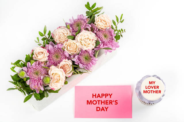 Happy mothers day background with cupcake and bouquet of flowers