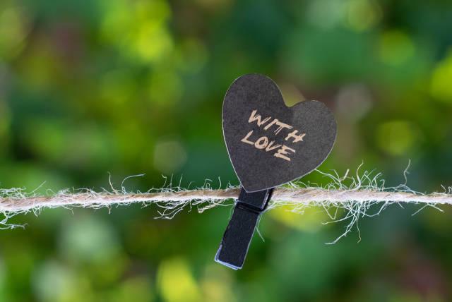 Wäscheklammer mit schwarzem Herz auf einer Wäscheleine