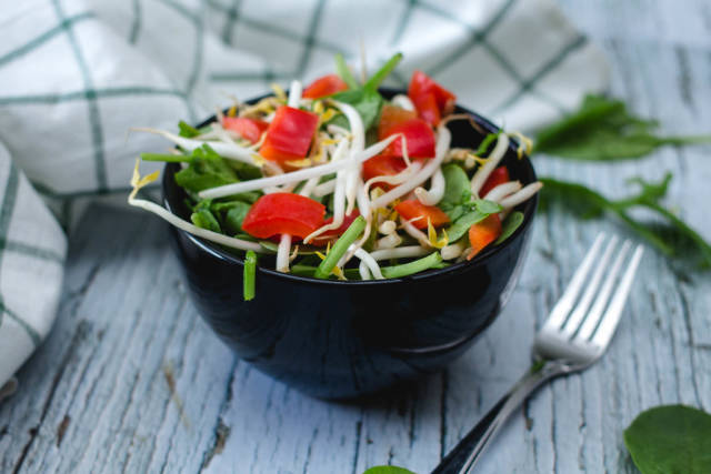Spinach with Bean Sprout and Pepper