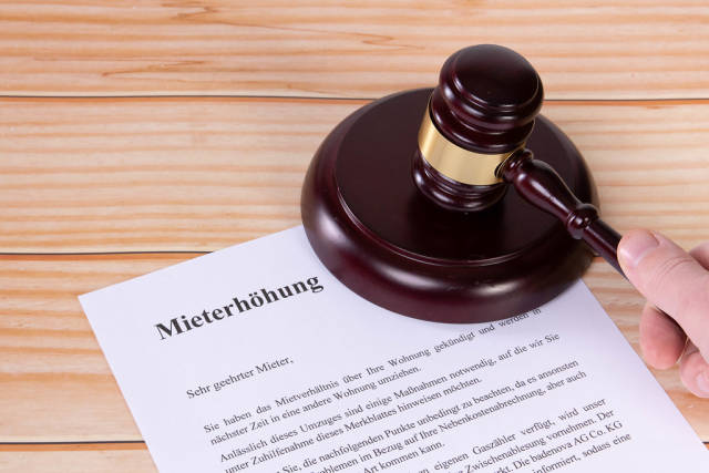 Mieterhöhung document with a wooden judge gavel