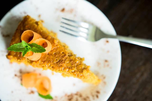 Ein Stück Karottenkuchen aus der Vogelperspektive