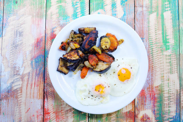 Fried eggs with grilled vegetables