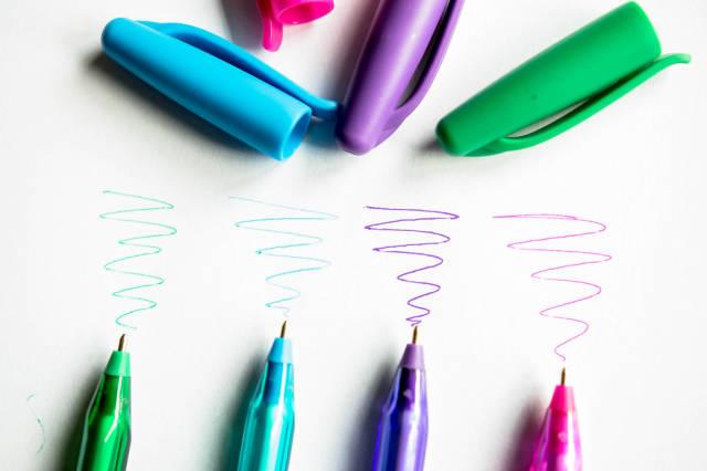 Kugelschreiber verschiedener Farben antesten