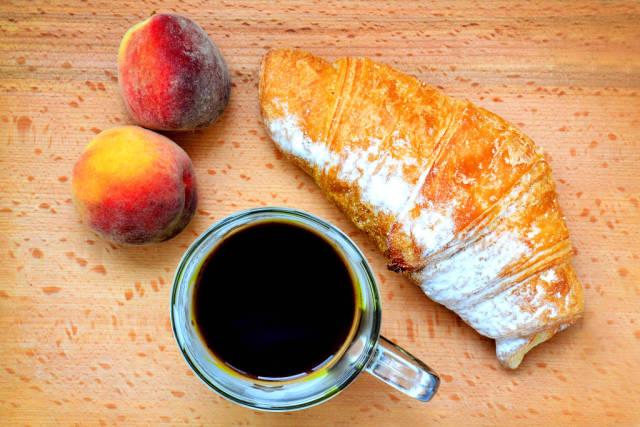 Französisches Frühstück: Kaffee, Croissant und Obst