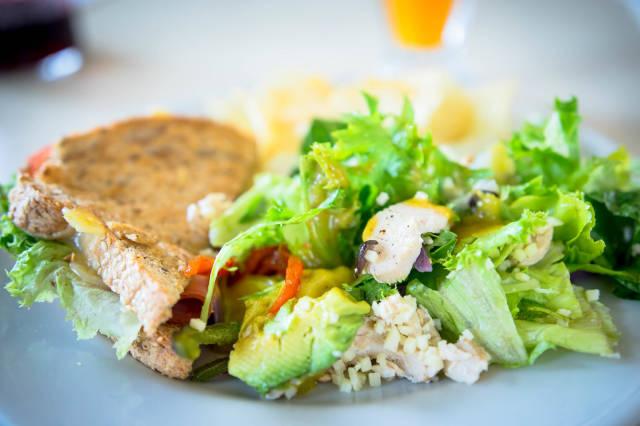 Schinken-Sandwich und gesunder Hähnchensalat
