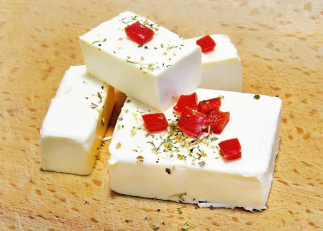 Feta-Käse mit Kräutern und Paprika