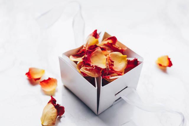 Blütenblätter einer Rose in einer Geschenkbox