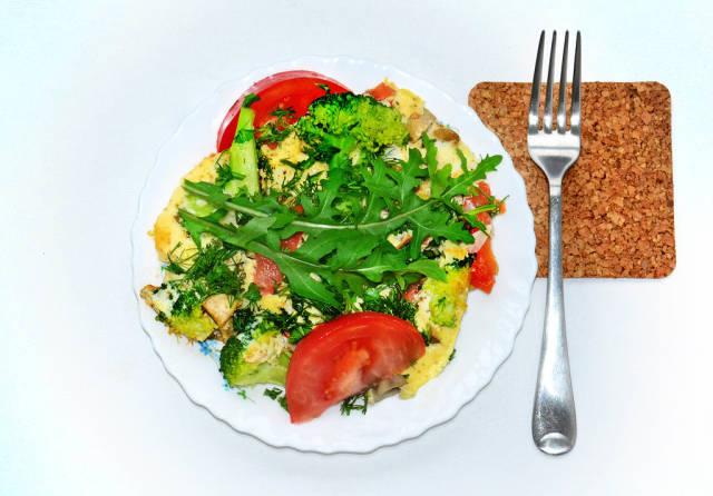Omelette mit Tomaten, Pilzen und Brokkoli