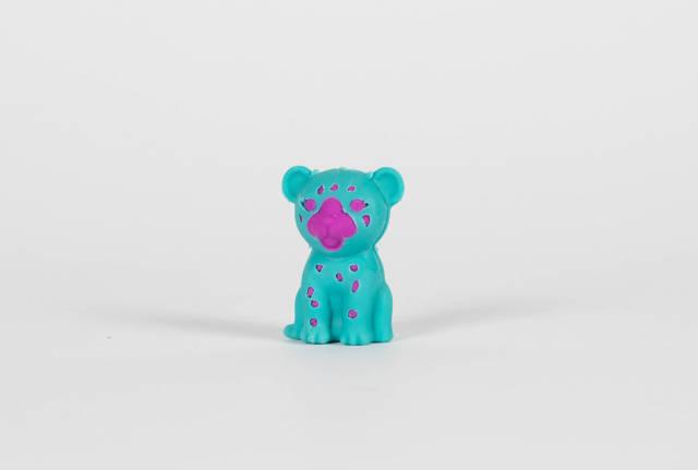 Blauer Spielzeug-Panda vor weißem Hintergrund