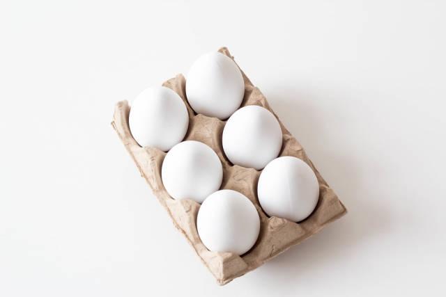 Weiße Eier im Karton