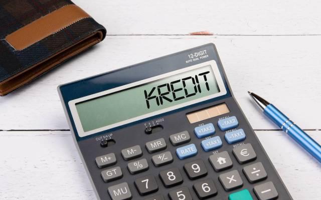 """Klassischer Taschenrechner zeigt """"Kredit"""" auf dem Display"""