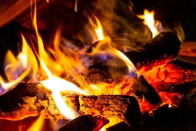 Spektakuläre Flammen eines Feuers