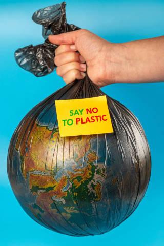 Plastikmüll - Planet Erde in einem Müllsack