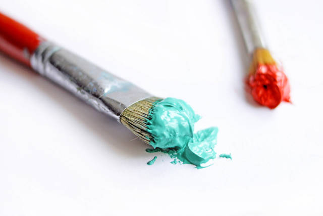 Pinsel mit grüner und roter Farbe