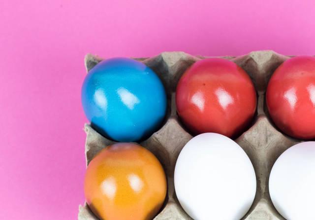 Gefärbte Ostereier in einer Eierschachtel
