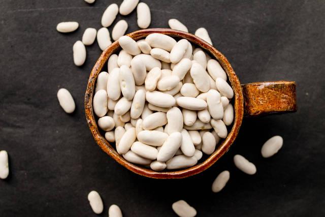 Weiße Bohnen in einer Tasse