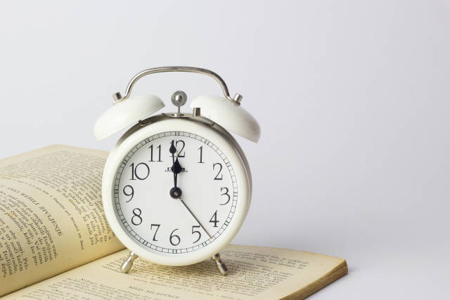 Wecker auf einem Buch