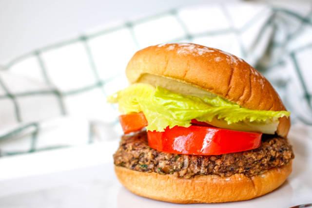 Hamburger aus schwarzen Bohnen mit Eiskopfsalat und Tomate