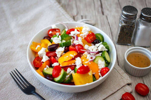 Griechischer Salat mit Cherrytomaten, Paprika, Gurke, Zwiebel, schwarzen Oliven und Fetakäse