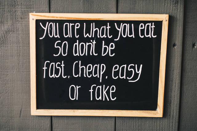 Tafel mit motivierenden Text soll zu gesunder Ernährung ermuntern