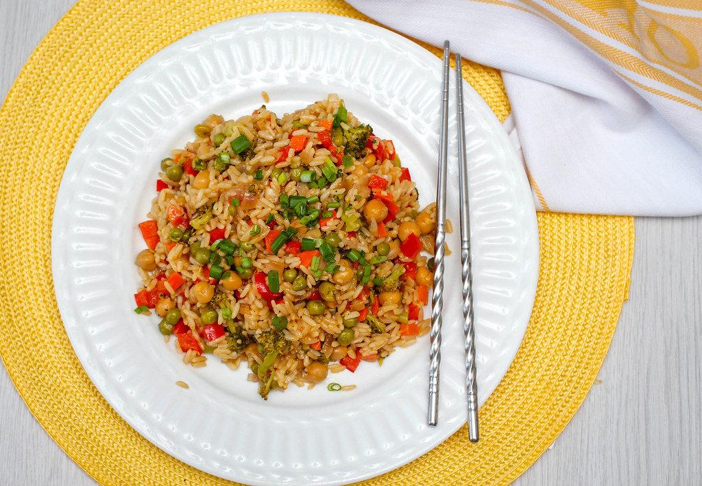 Reis mit Kichererbsen, Erbsen, Brokkoli und Paprika. Draufsicht