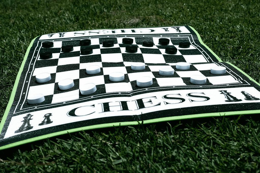 Riesiges Schachbrett aus Karton auf dem Rasen