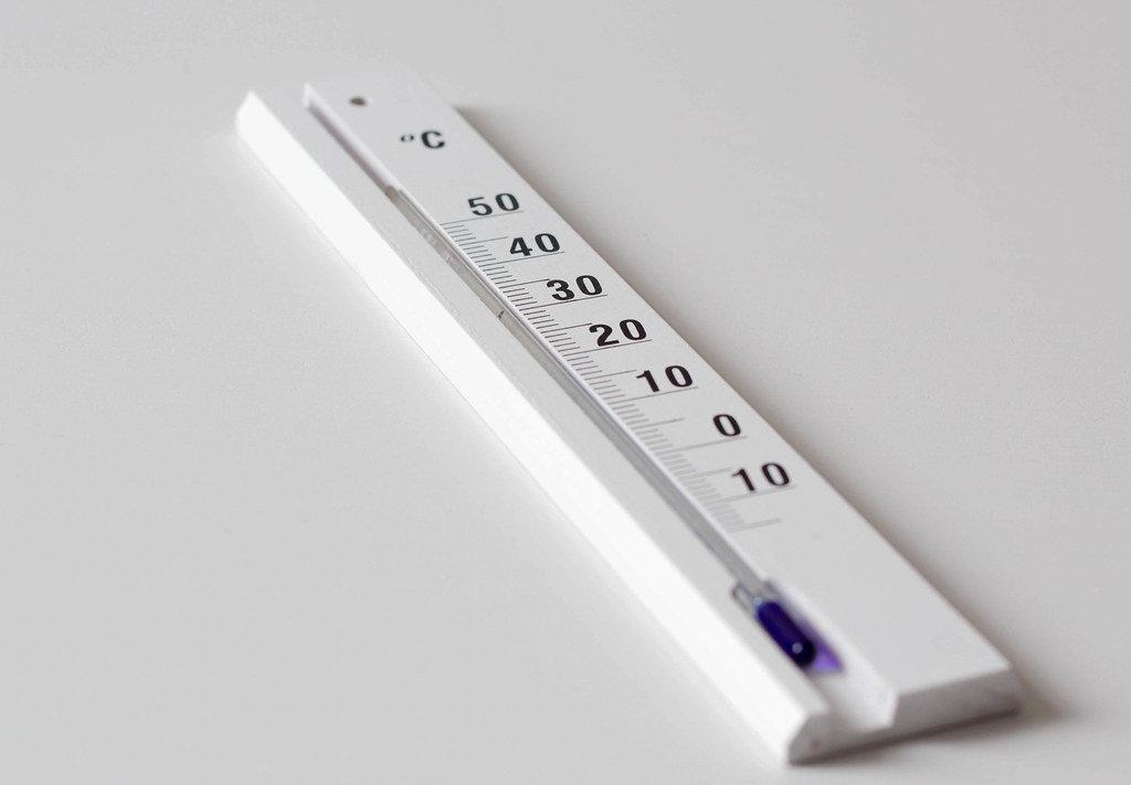 Zimmerthermometer auf weißem Tisch