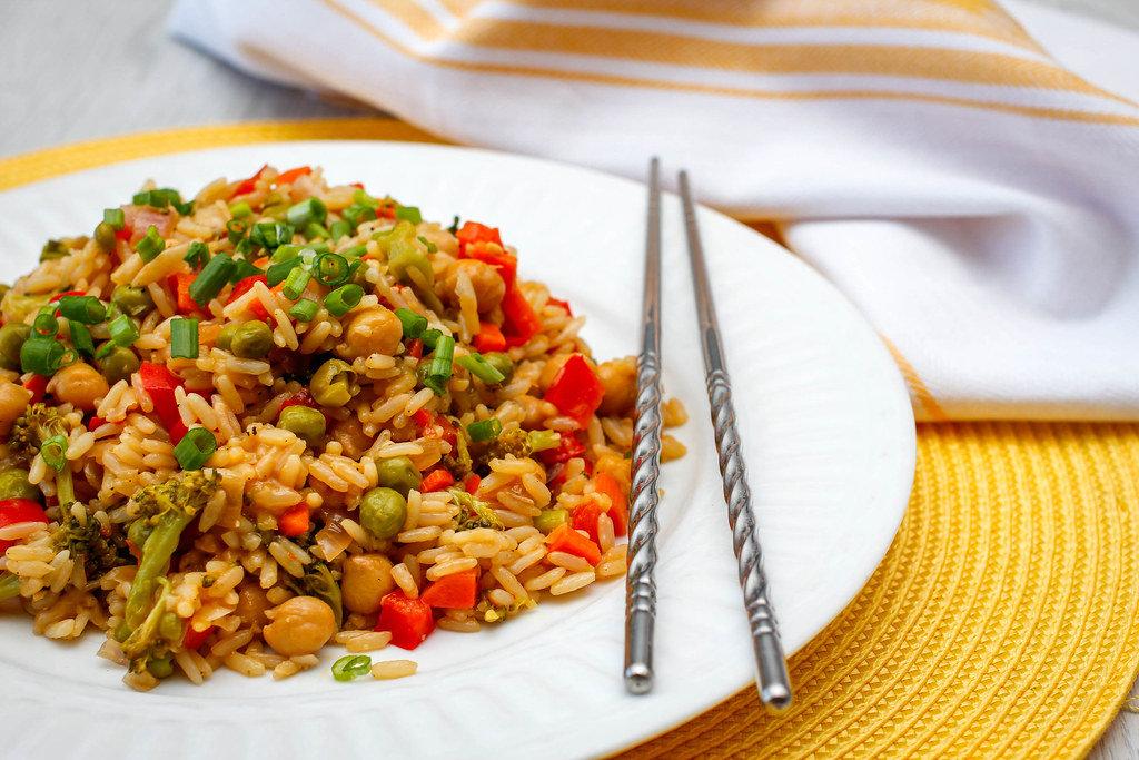 Vegetarisches Reisgericht mit Kichererbsen, Erbsen, Brokkoli und Paprika
