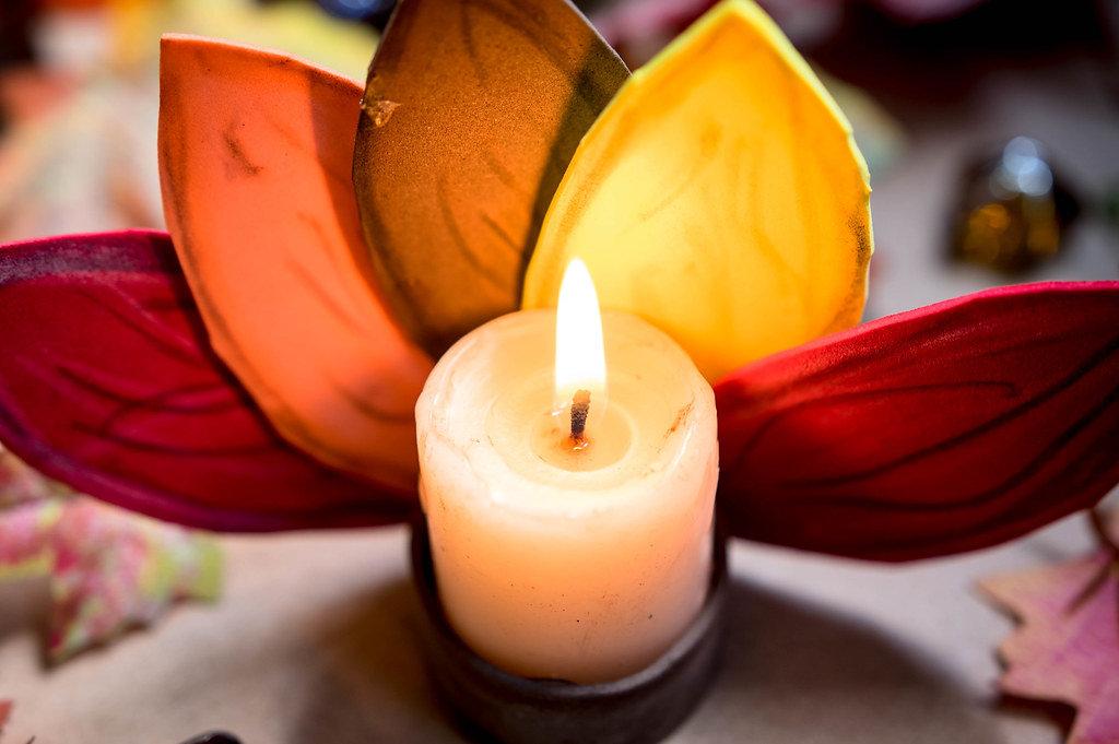 Kerzenhalter in Form von indianischem Kopfschmuck