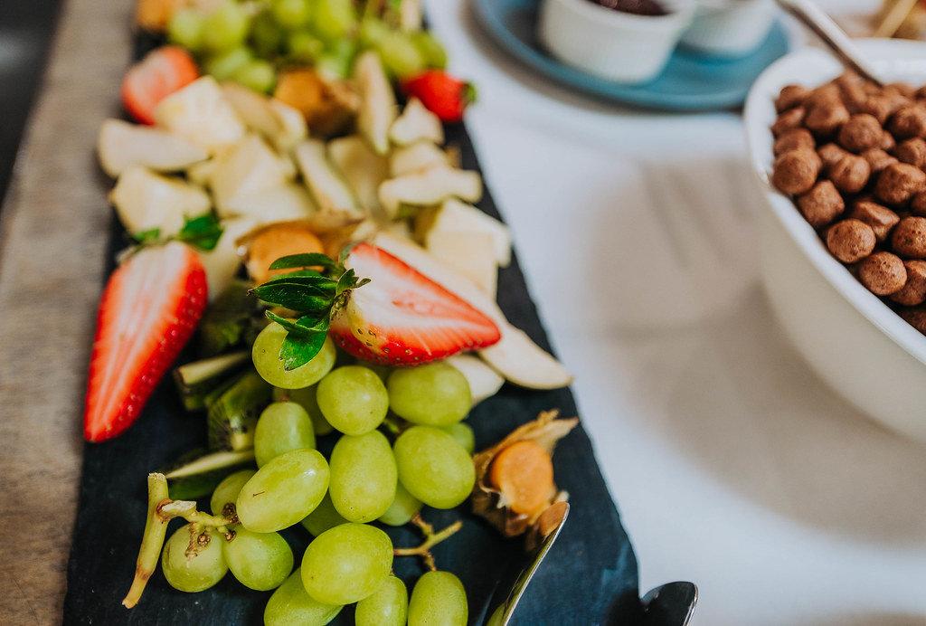 Obstplatte mit Weintrauben und Erdbeeren