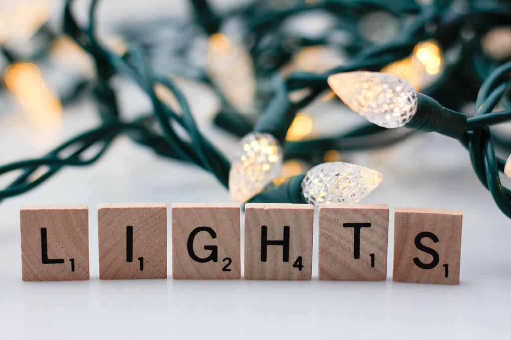 Lichterkette im Hintergrund mit dem Wort Lights im Vordergrund