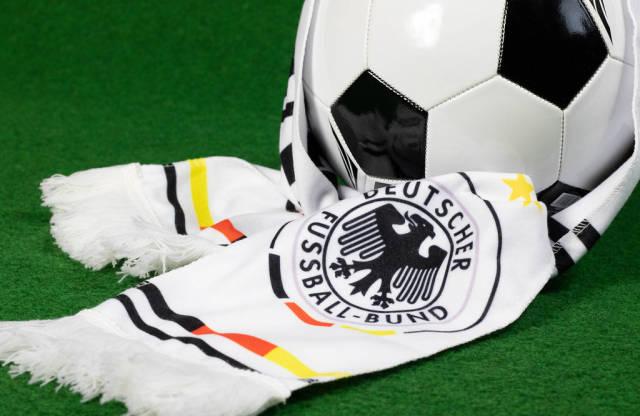 Fußball mit einem deutschen Fußball Fan Schal