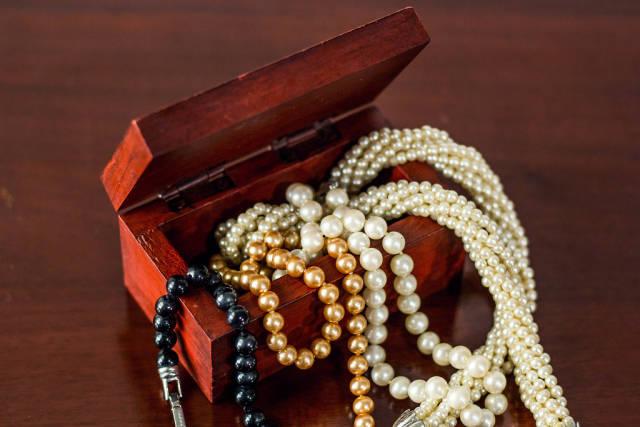 Schmuckkästchen randvoll mit Halsketten
