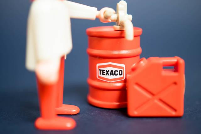Mann befüllt einen Kanister mit Kraftstoff
