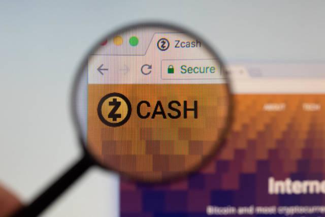 Zcash-Logo am PC-Monitor, durch eine Lupe fotografiert