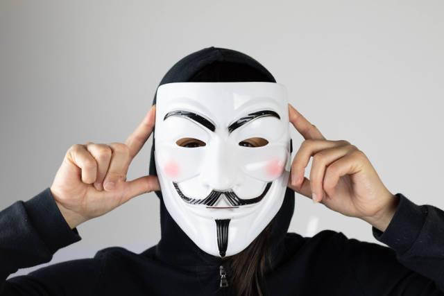 Frau setzt eine Maske auf