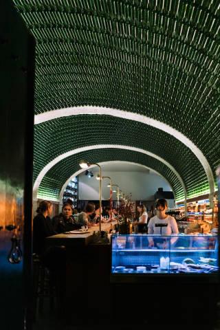 Interior of Lisbon bar ornamented with glass bottles / Innenraum von Lissabon-Stange verziert mit Glasflaschen