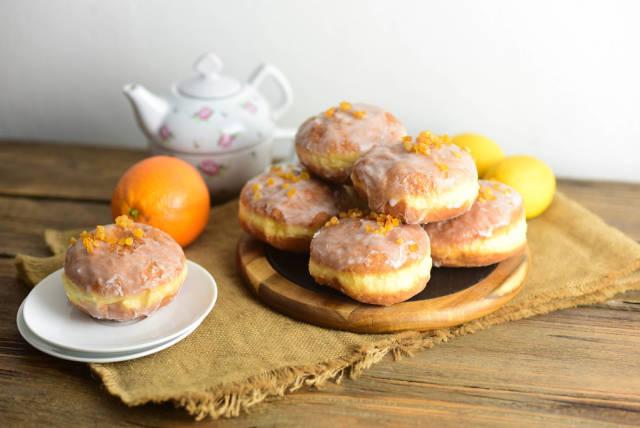 Donuts mit Glasur und kandierter Orangenschale