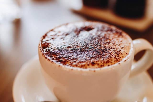 Nahaufnahme von Cappuccino mit Schokoladenpulver